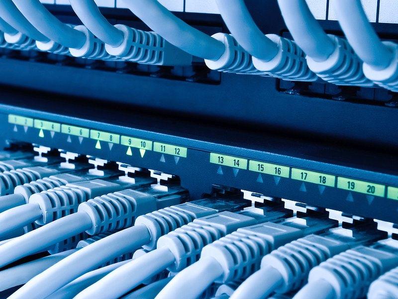 En nätverksswitch med anslutna nätverkskablar.